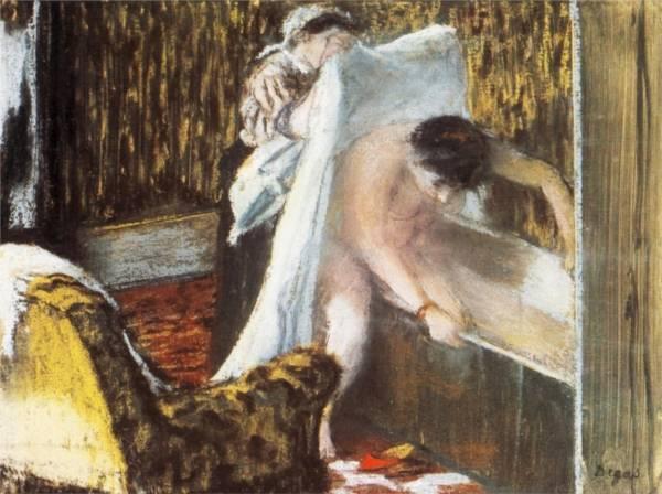 Женщина, вылезающая из ванны