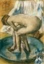 Женщина, купающаяся в тазу