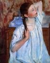 Девочка, причесывающая волосы
