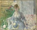 Молодая женщина, сидящая на софе