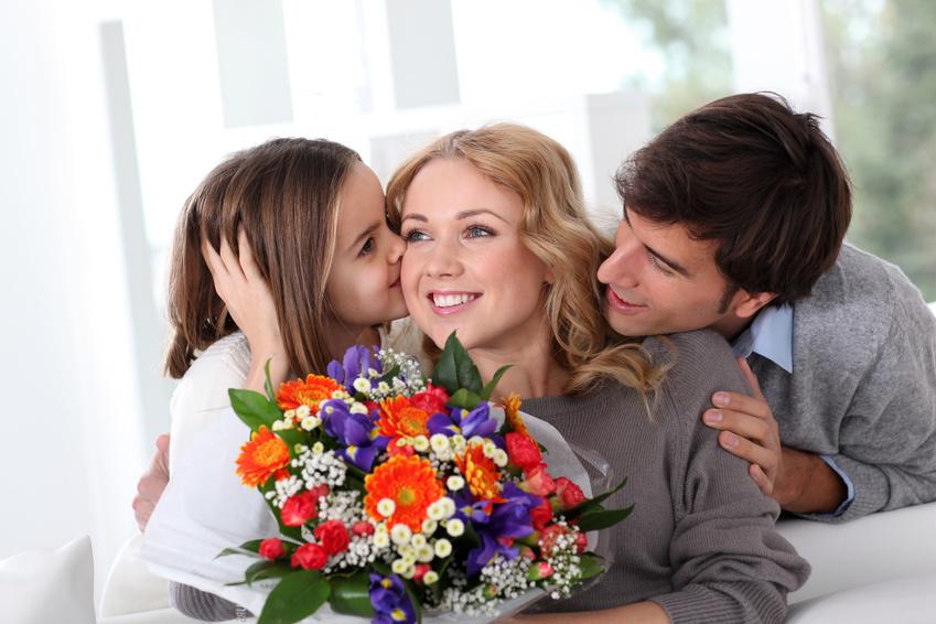 Сын дарит маме цветы