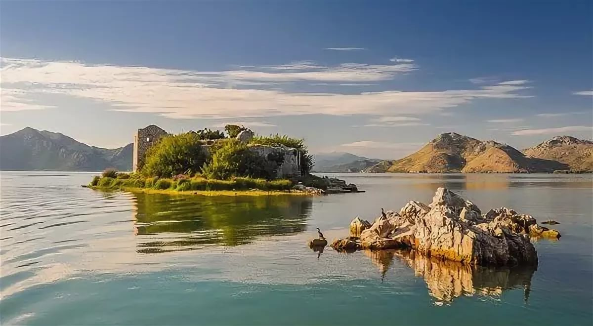 Скадарское озеро в Черногории и Албании (Шкодар) - крупнейшее на Балканах