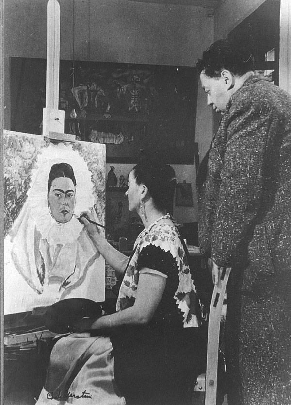 1943 - Фрида рисует автопортрет