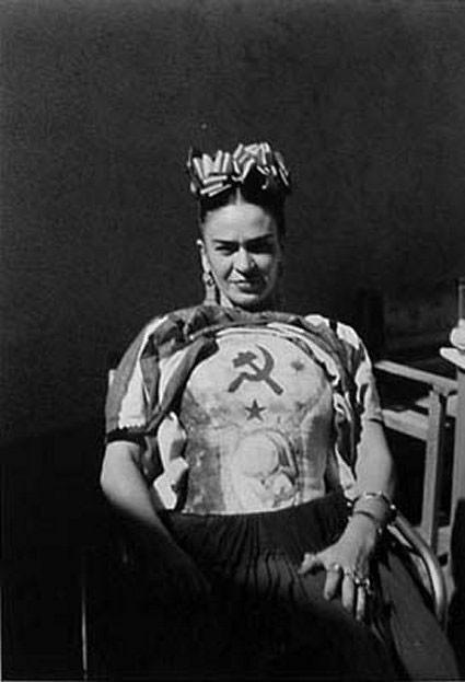 Фрида Кало  с серпом и молотом