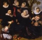 Портрет семьи с детьми на фоне пейзажа