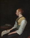 Сидящая девушка в крестьянском костюме